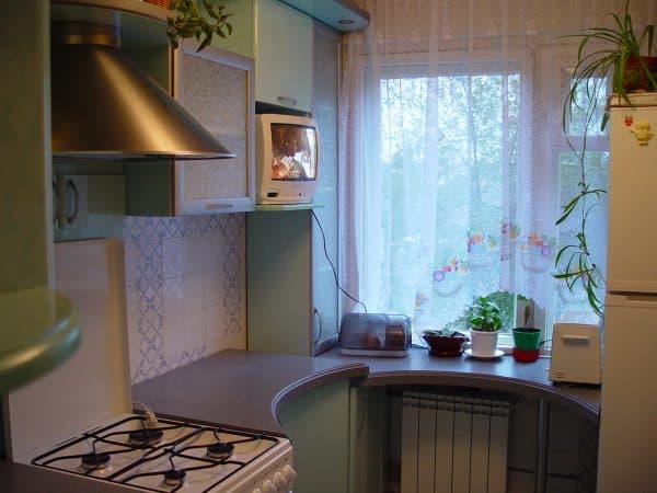 столик с широким подоконником в маленькой кухне