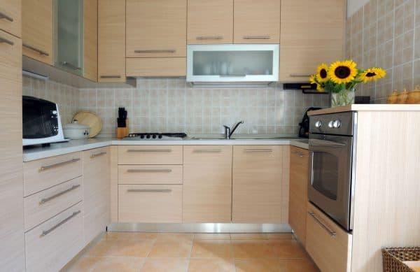 мебель в светлых тонах в маленькой кухне