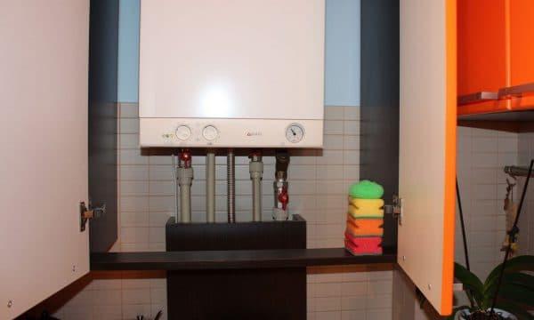 монтируемый газовый котел на кухне