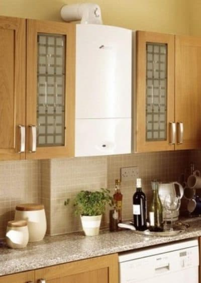 дизайн кухни с газовой колонкой между шкафами