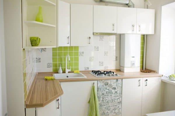 дизайн кухни с газовой колонкой в белом стиле
