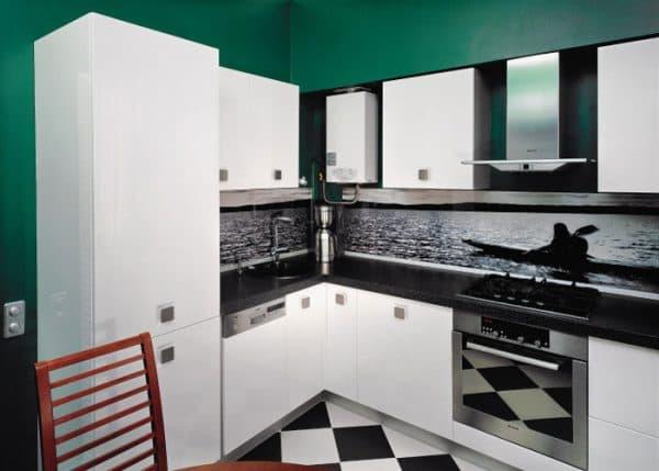 дизайн кухни с газовой колонкой в стиле хай-тек